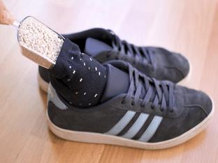 Как устранить запах в обуви
